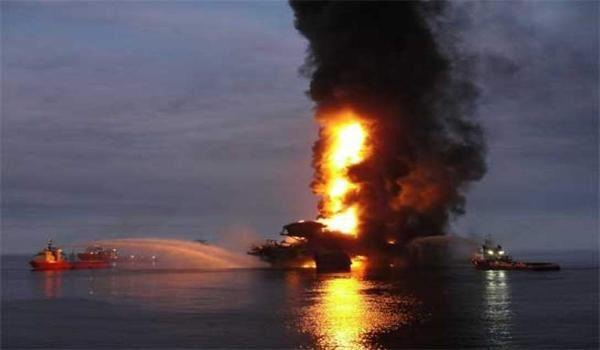 Giàn khoan của tập đoàn Pemex bốc cháy ngùn ngụt (Ảnh: