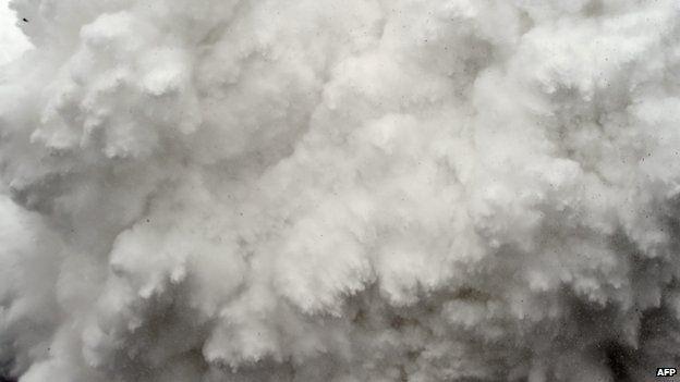 Hình ảnh một trận lở tuyết trên núi Everest