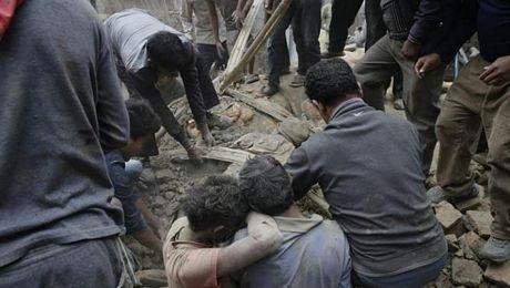 Do nhà xác bệnh viện bị quá tải,các thi thể được đặt ngay ngoài trời để mọi người nhận dạng.