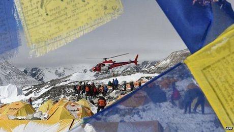 Trực thăng được dùng để sơ tán người bị thương khỏi núi Everest