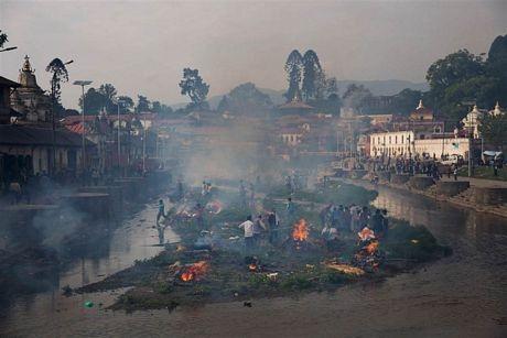 Khu vực hỏa tángtrướcđềnPashupatinath bên bờ sông Bagmati ở Kathmandu.