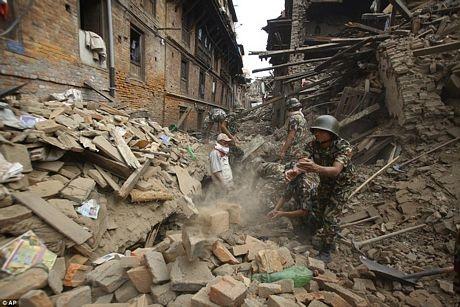 Lực lượng cứu hộ đào bới để tìm kiếm những người bị mắc kẹt
