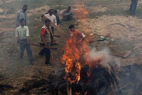 Việc hỏa táng các thi thể diễn ra ngoài trời.