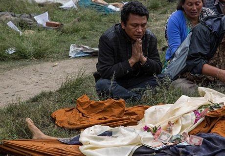 Những người sống sót cầu nguyện...