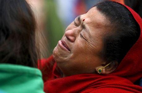 Một phụ nữ tại Bhaktapur đau đớn vì mất người thân.