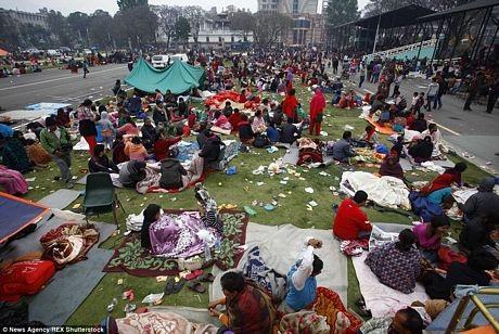 Người dân cắm trại trên đường phố thủ đô Kathmandu do lo ngại các cơn dư chấn.