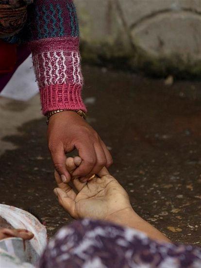 Cái nắm tay trước khi chia lìa vĩnh viễn.