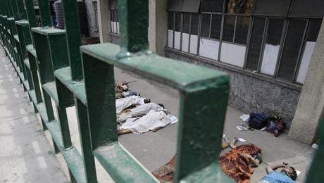 Hàng loạt thi thể được đặt bên ngoài bệnh viện Bir ở thủ đô Kathmandu.