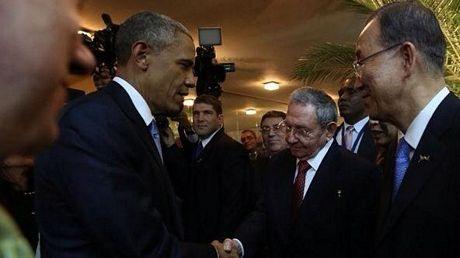 Tổng thống Obama bắt tay Chủ tịch Castro tại Panama ngày 10/4.