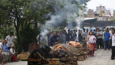 Người chết được đặt lên trên các đống củi để hỏa táng.
