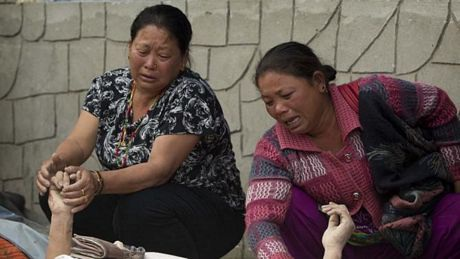 Những người sống sót khóc thương trước thi thể các thân nhân tại một bệnh viện ở Kathmandu.