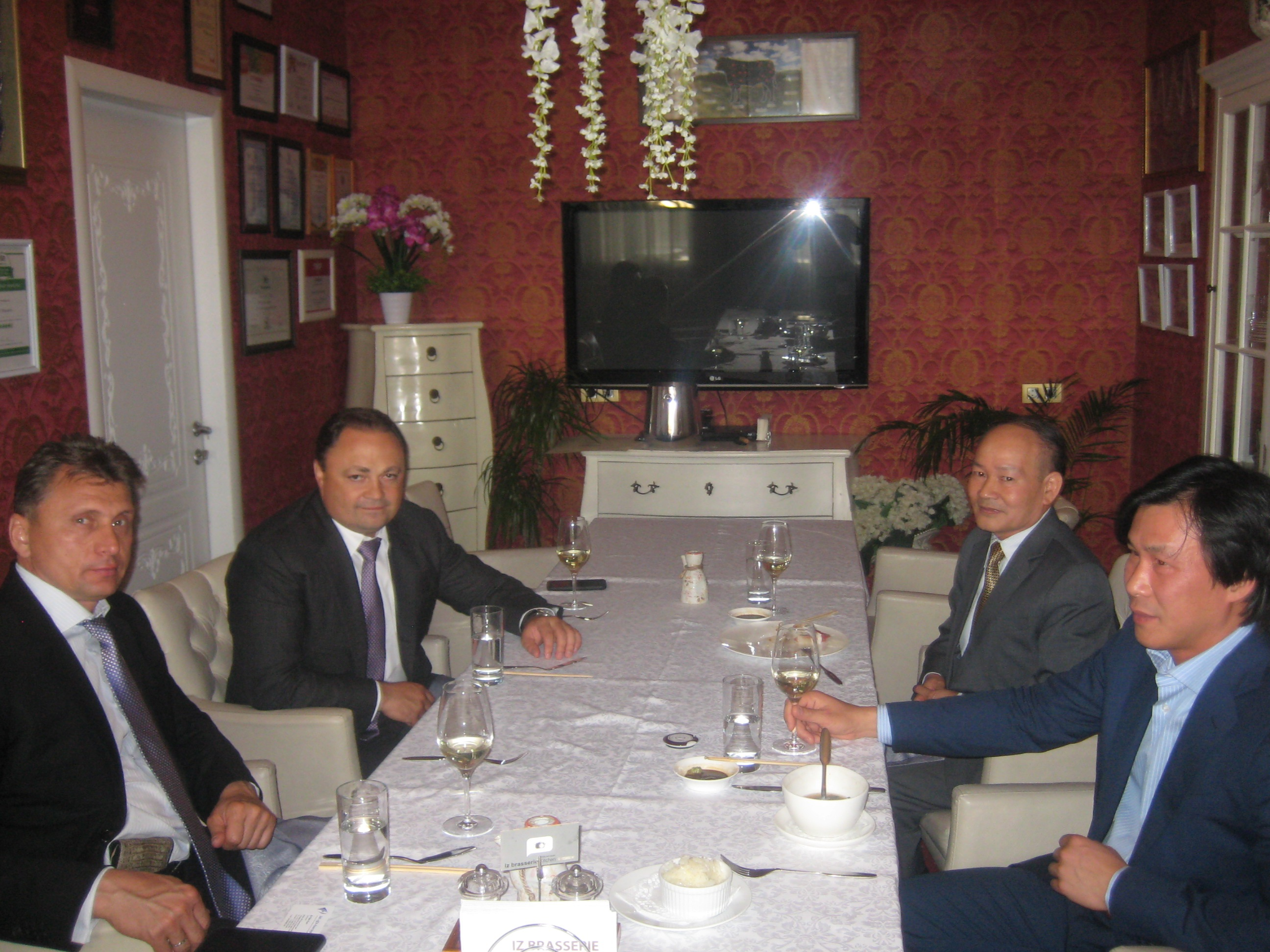 Ông Igor Puskarov (thứ hai, bên trái) tại buổi làm việc