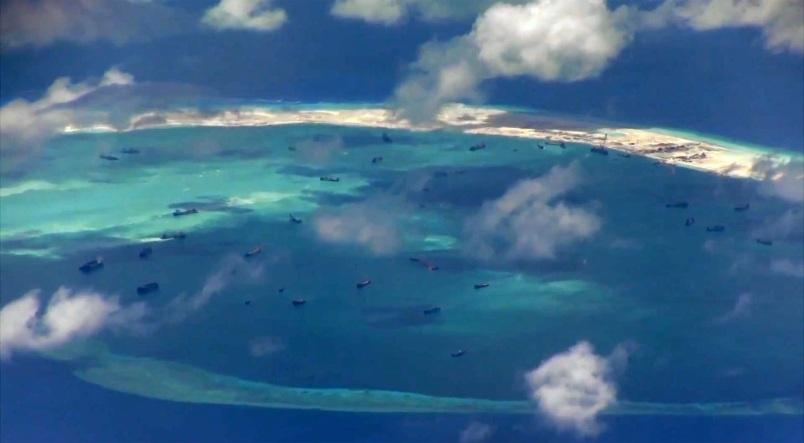 Các tàu thuyền của Trung Quốc tạimột khu vựcbồi đắp trái phép ở Biển Đông. (Ảnh: