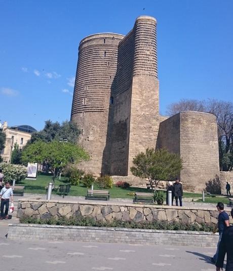 Tháp Tower, tọa lạc tại khu phố cổ, được xây dựng từ thế kỷ 12.