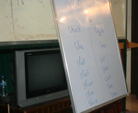 Các từ tiếng Anh được thầy Paul ghi lên bảng để giúp các học viên phát âm cho đúng.