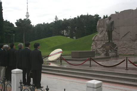 Đoàn cựu lưu học sinh Việt Nam đặt hoa tại mộ cố Tổng thống Heydar Aliyev