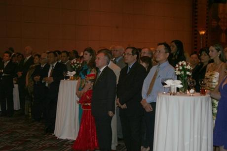Đông đảo các vị khách Việt Nam và quốc tế tham dự buổi lễ tại Hà Nội vào tối ngày 27/5
