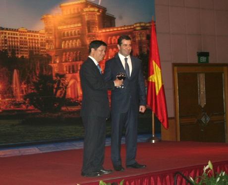 Đại sứ Đại sứ Azerbaijan tại Việt Nam Inar Imanov (trái) phát biểu tạ buổi lễ