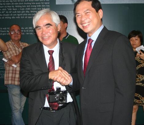 Phóng viên ảnh Nick Út và Thứ trưởng Ngoại giao Bùi Thanh Sơn bắt tay tại sự kiện.