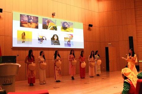 Các thí sinh quốc tế mặc trang phục dân tộc của phụ nữ Việt trong cuộc thi Miss Áo Dài