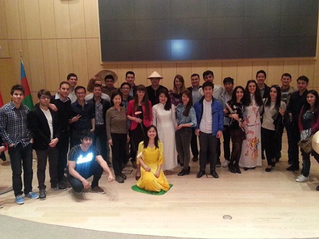 Các sinh viên Việt Nam chụp ảnh lưu niệm với các sinh viên quốc tế