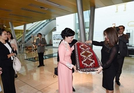 Phu nhân Chủ tịch nước ngắm một bộ trang phục truyền thống của phụ nữ Azerbaijan.