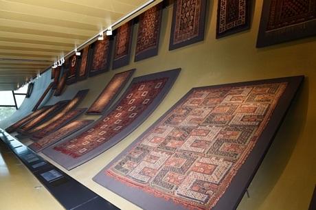 Nhiềutác phẩm dệt công phu được trưng bày tại bảo tàng.