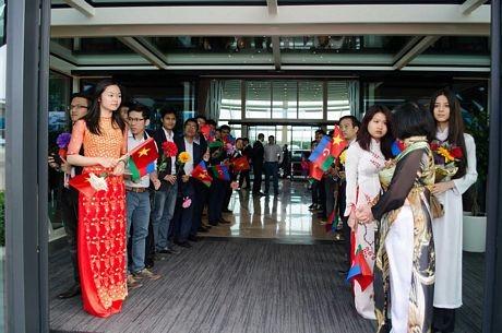 Các bạn trẻ Việt Nam và Azerbaijan mang cờ, hoa trong lễ đón (Ảnh: