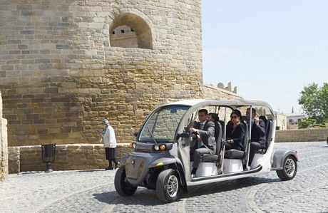 Chiếc xe điện đưa họ tới Tháp Maiden.