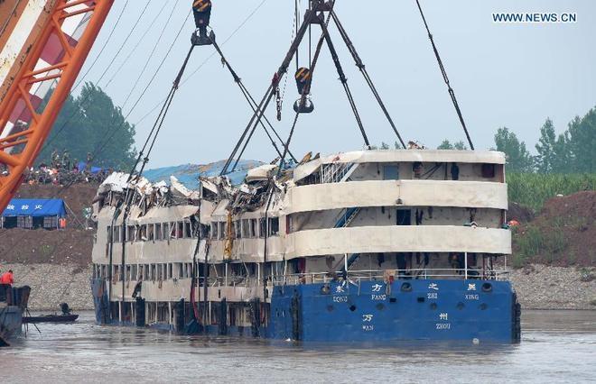 Chiếc tàu đã được nâng nổi khỏi mặt nước (Ảnh: China Daily)