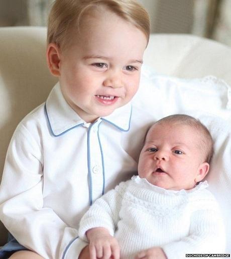 Hoàng gia Anh công bố ảnh Hoàng tử nhí George tình cảm bế em gái
