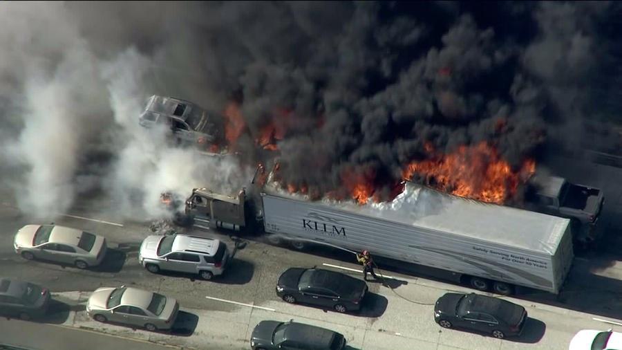 Hàng chục phương tiện bị đốt cháy trên cao tốc I-15. (Ảnh: