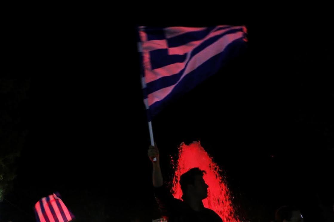 Người dân Hy Lạp ăn mừng kết quả cuộc trưng cầu dân ý (Ảnh: