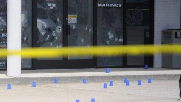 Các vết đạn tại trung tâm tuyển quân của hải quân Mỹ ở thành phố Chattanooga (Ảnh: