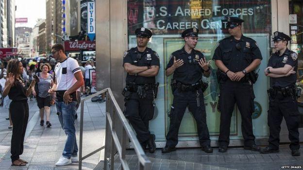An ninh đã được tăng cường tại một số tòa nhà liên bang sau vụ nổ súng (Ảnh: