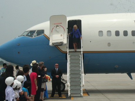 Bà Jill Biden bước xuống từ chuyến cơ.