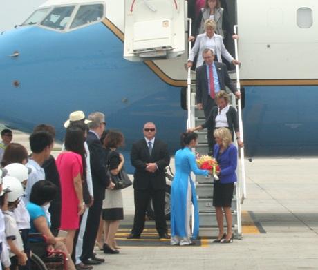Đệ nhị phu nhân Mỹ nhận bó hoa chào mừng khi tới sân bay Nội Bài.