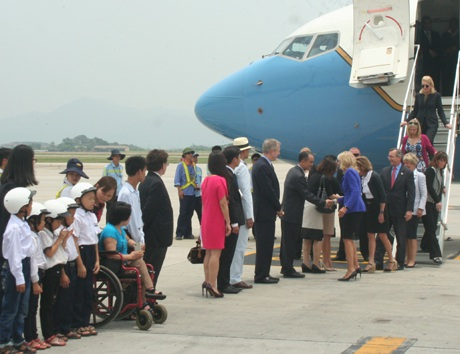 Đệ nhị phu nhân Mỹ được chào đón tại sân bay.