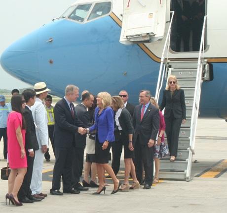Bà Jill Biden bắt tay Đại sứ Mỹ tại Việt Nam Tedd Osius.