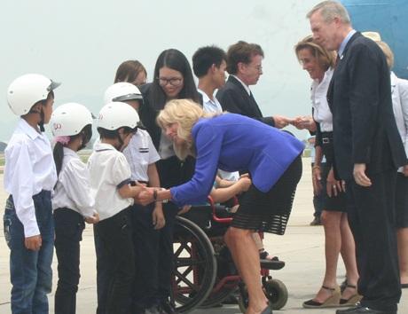 Bà Jill Biden bắt tay,trò chuyện với các em nhỏ Việt Nam.