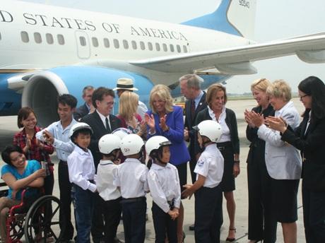 Đệ nhị phu nhân Jil Biden chụp ảnh cùng các bạn em nhỏ Việt Nam.