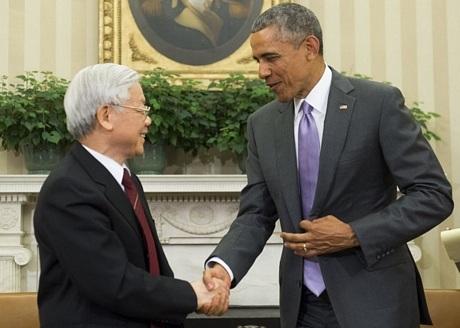 Hai nhà lãnh đạo bắt tay trước khi bước vào cuộc hội đàm tại phòng Bầu dục.