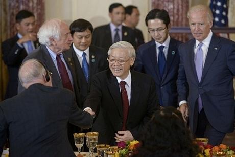 Tổng Bí thư Nguyễn Phú Trọng bắt tay một quan chức Hoa Kỳ tại bữa tiệc.