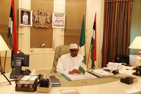 Ảnh chụp Tổng thống Mohammad Bukhari tại phòng làm việc.