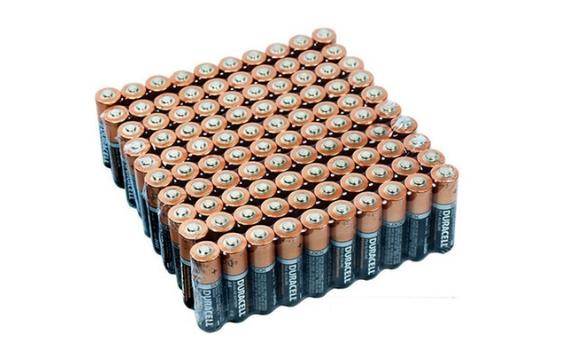 Người ta thường mua 2 cục pin, 4 cục pin, hoặc nhiều lắm là 10 cục. Tuy nhiên tại hệ thống Groupon, người ta đang giảm giá 70% cho khách hàng mua bộ gồm 100 cục pin Duracell. Có lẽ số pin này đủ để bạn dùng trong ... vài năm.