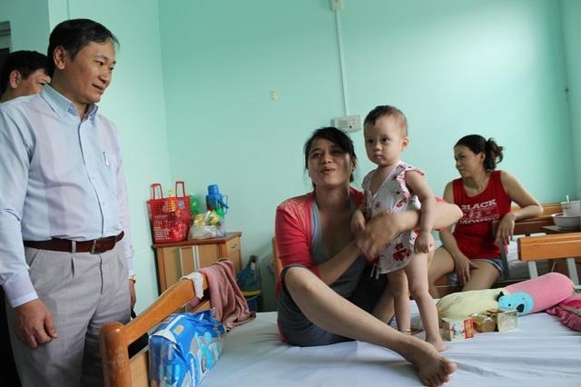 Lãnh đạo tỉnh Khánh Hòa thăm hỏi bệnh nhân nhí SXH ở Bệnh viện bệnh Nhiệt đới tỉnh Khánh Hòa, cuối năm 2016 - Ảnh: Viết Hảo