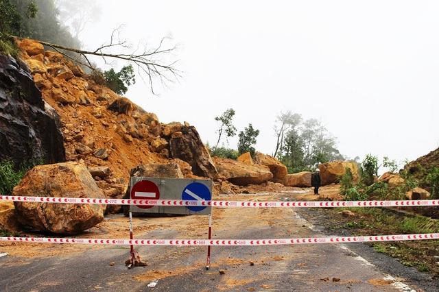 Một điểm sạt lở trên đường Nha Trang - Đà Lạt (thuộc quốc lộ 27C, đoạn qua huyện Khánh Vĩnh, Khánh Hòa) vào đầu tháng 11 năm nay