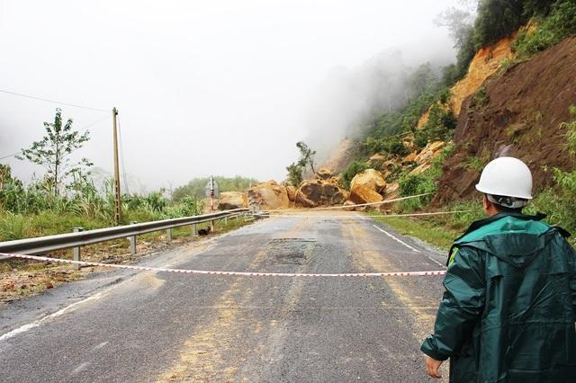 Đường Nha Trang - Đà Lạt trên quốc lộ 27C đã được thông đường do bị sạt lở đất đá nghiêm trọng làm tê liệt tuyến đèo này - Ảnh: Viết Hảo