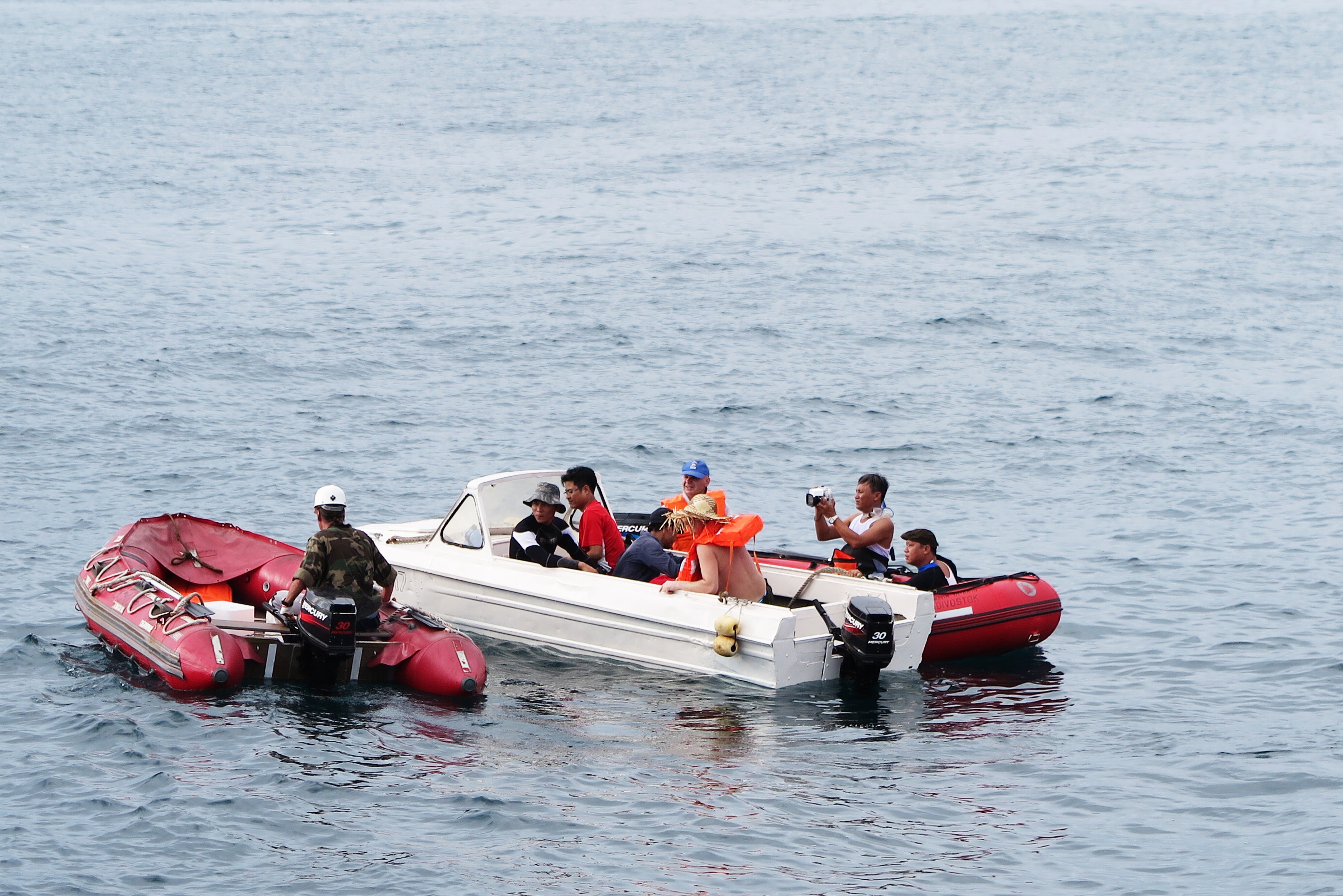Một nhóm nhà khoa học Việt - Nga khi đang khảo sát trên biển - Ảnh: các nhà khoa học
