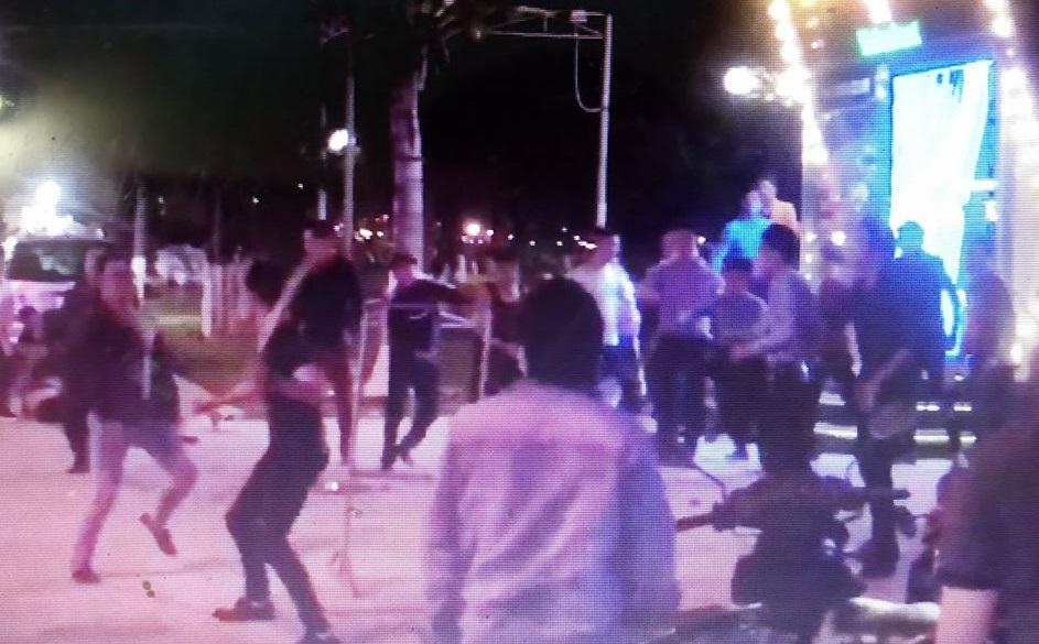 Hiện trường vụ hàng chục thanh niên hỗn chiến trước bar Havana Club Nha Trang - Ảnh: cắt từ Clip